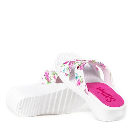 Biało - różowe klapki na niskiej koturnie z ozdobami Picooline - Obuwie