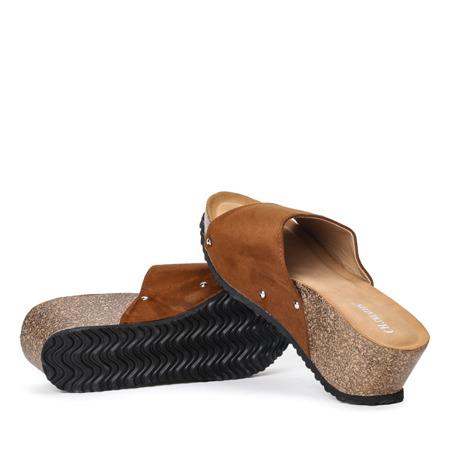 Brązowe klapki na koturnie Perales - Obuwie