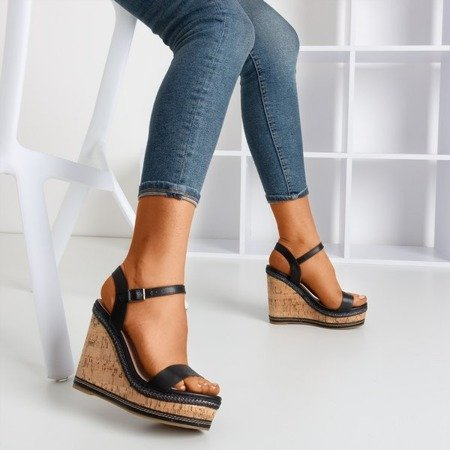 Czarne sandały na koturnie Poqasi - Obuwie