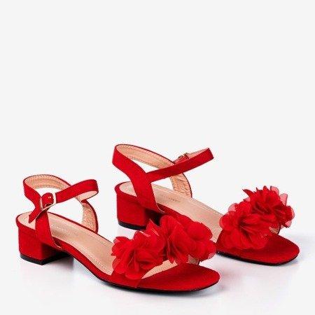 Czerwone sandały damskie na niskim słupku z kwiatkami Flonia - Obuwie