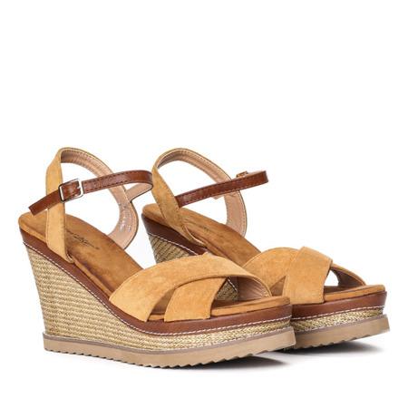 Jasnobrązowe sandały na zdobionym koturnie Bastina - Obuwie