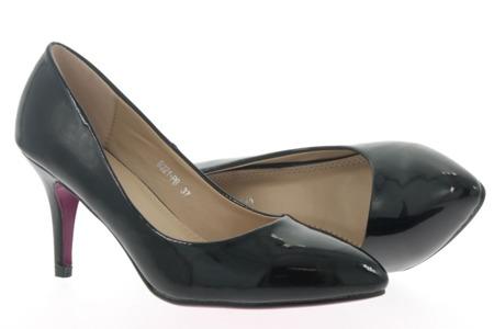 Lakierowane czółenka w kolorze czarnym - Obuwie