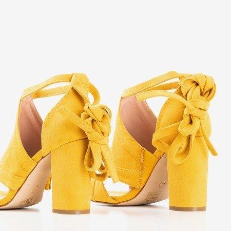 Musztardowe sandały na wyższym słupku z cholewką Lastina - Obuwie