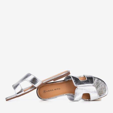Srebrne damskie klapki z metalicznym wykończeniem Hemilda - Obuwie