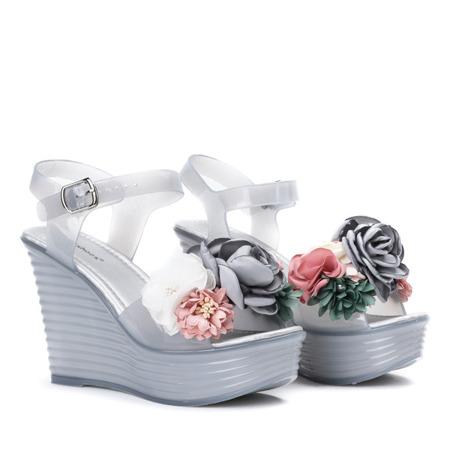 Szare sandały na koturnie ozdobione kwiatami Nerweta - Obuwie