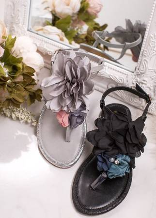 Szare sandały typu japonki z kwiatami Hannas - Obuwie